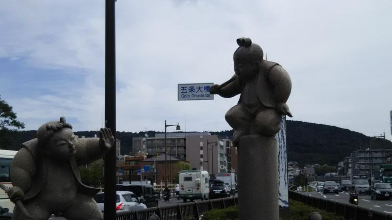 牛若丸と弁慶の決闘の石像